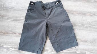 3adca2fcb74d Vyznavačům cyklovýletů nabízím šortky značky CUBE ze série AM (All  Mountain) v tmavě šedé barvě a ve velikosti pánská M. Tato velikost  přibližně odpovídá ...
